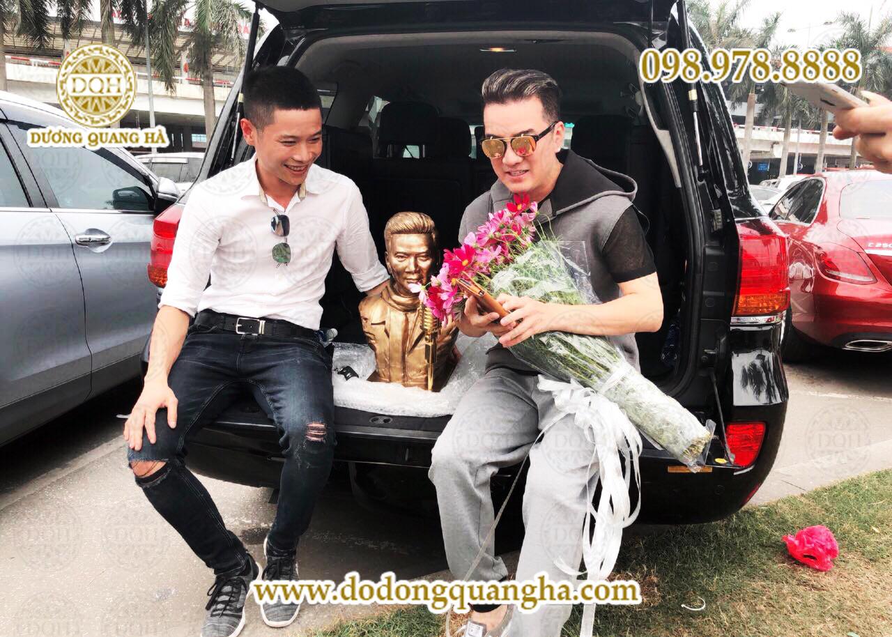 Đạo diễn Nguyễn Công Hoàng đặt đúc tượng tặng Mr. Đàm