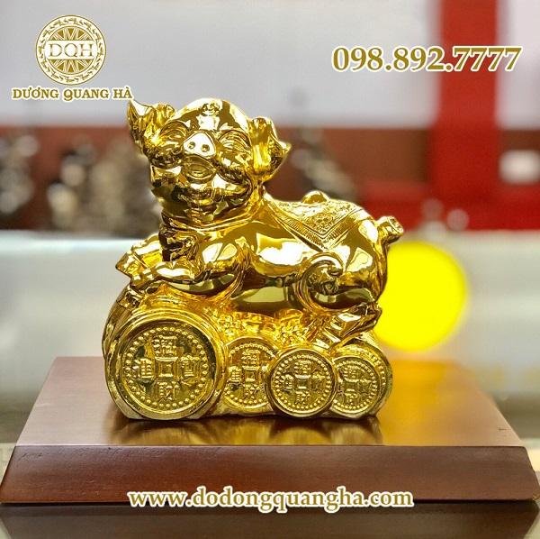 Tượng heo bằng đồng mạ vàng mang ý nghĩa gia chủ mong muốn luôn có một cuộc sống ấm no, sung túc, đủ đầy, vô tư thoải mái về cả vật chất lẫn tinh thần