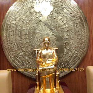 Tượng đồng Bác Hồ ngồi ghế mây cao 90cm dát vàng 9999