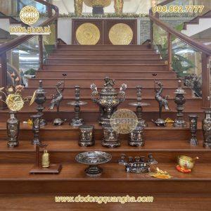Bộ đồ thờ Khảm Ngũ sắc đầy đủ trên ban thờ
