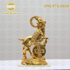 Dê đứng trên đồng tiền mạ vàng