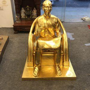 Tượng đồng Bác Hồ ngồi ghế mây đọc báo dát vàng 9999