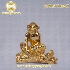 Khỉ ngồi trên cành đào mạ vàng