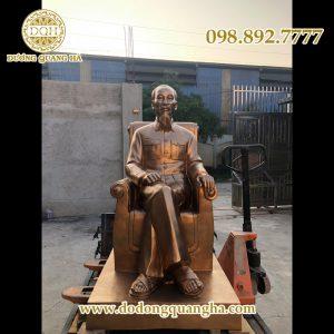 Tượng Bác Hồ ngồi ghế cao 2m
