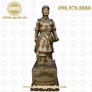 Tượng vua Quang Trung khảm bạc
